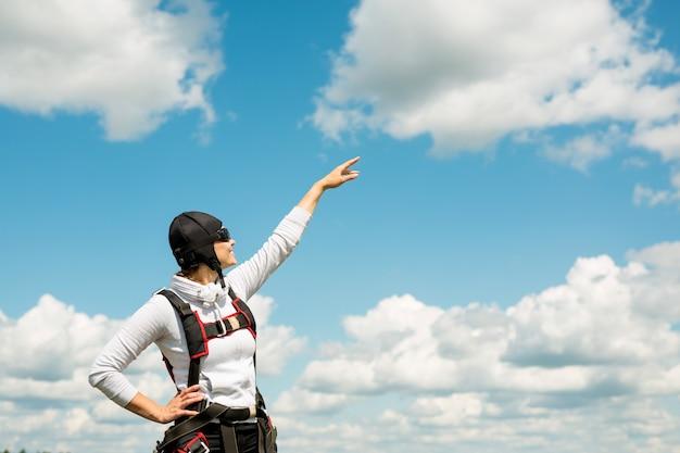 낙하산 장비에서 아름 다운 젊은 여자