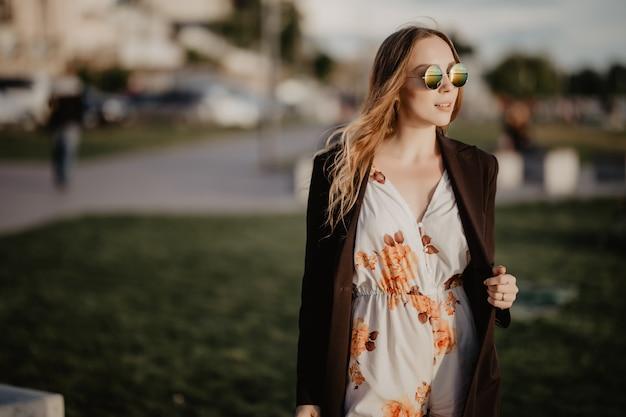 Красивая молодая женщина в солнечных очках в городе