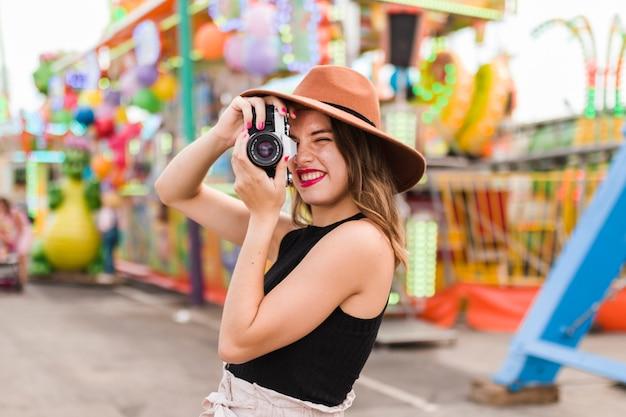 Красивая молодая женщина в парке развлечений Бесплатные Фотографии