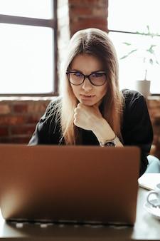 ホームオフィスの美しい若い女性。在宅勤務。在宅勤務の概念