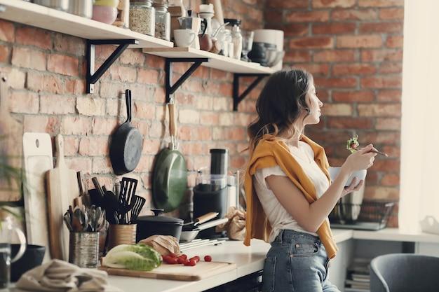 Красивая молодая женщина на кухне