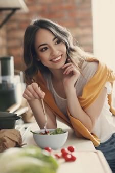 台所で美しい若い女性