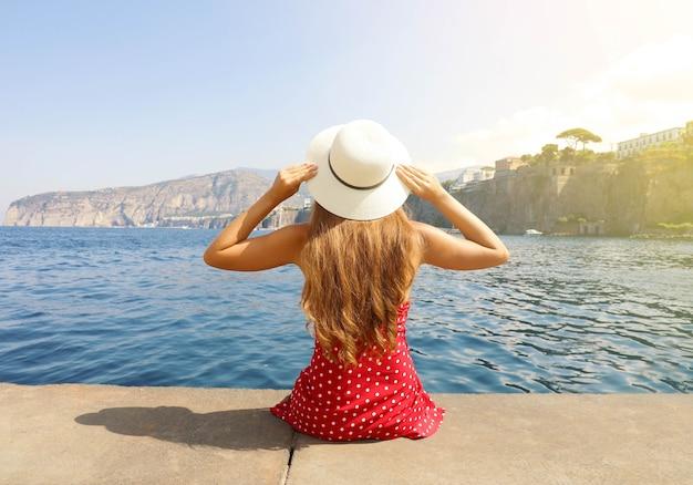 イタリア、ソレントの村の美しい若い女性