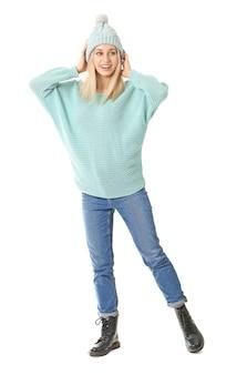Красивая молодая женщина в теплом свитере изолирована