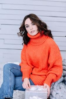 따뜻한 스웨터에 아름 다운 젊은 여자