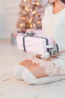 白いドレスを着た美しい若い女性。クリスマスのコンセプト