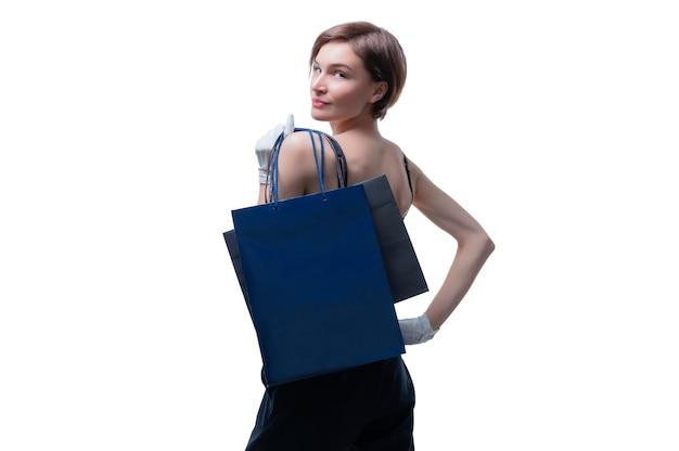 Красивая молодая женщина в белых перчатках перекинула через плечо черную крафтовую сумку
