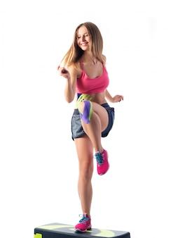 대초원에 점프 아름 다운 젊은 여자