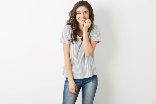 Красивая молодая женщина смеется счастливая, искренняя улыбка, позитивное выражение лица, веселые эмоции, подростковый хипстерский стиль, выход, одетый в джинсы, футболку, изолированные на белом фоне, современная мода