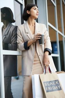 Красивая молодая женщина покидает бутик