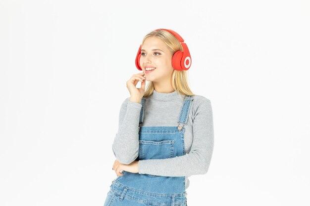 孤立した音楽を聞いて美しい若い女性