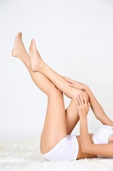 양모 직물에 누워 아름 다운 젊은 여자 무료 사진