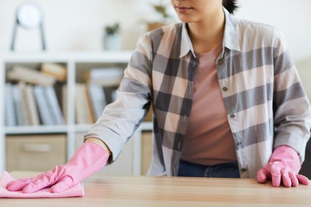 아름 다운 젊은여자가 집을 청소 하 게 소녀 문지름 먼지