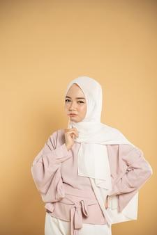 ヒジャーブのモダンなスタイルに身を包んだ美しい若い女性イスラム教徒のアジアの女性の思考
