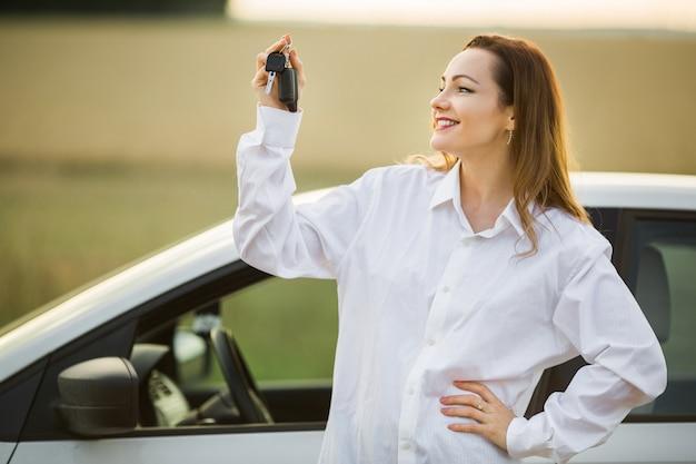 車の近くの美しい若い女性