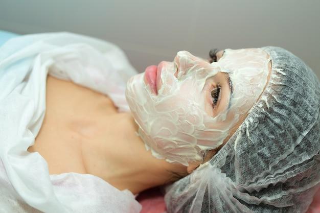 ビューティーサロンでの美容の手順で美しい若い女性
