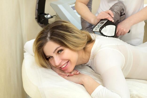 アンチセルライトマッサージ手順で美しい若い女性