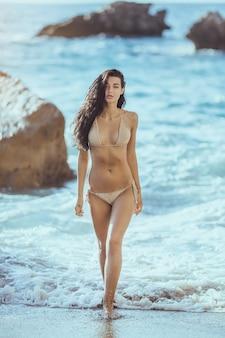 ビーチで美しい若い女性。