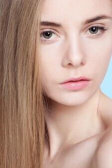 青の背景に美しい若い女性