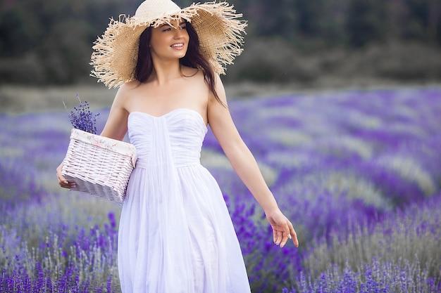 Красивая молодая женщина на поле лаванды. концепция аромата. привлекательная молодая женщина на открытом воздухе.