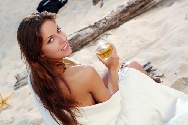 Красивая молодая женщина на пляже