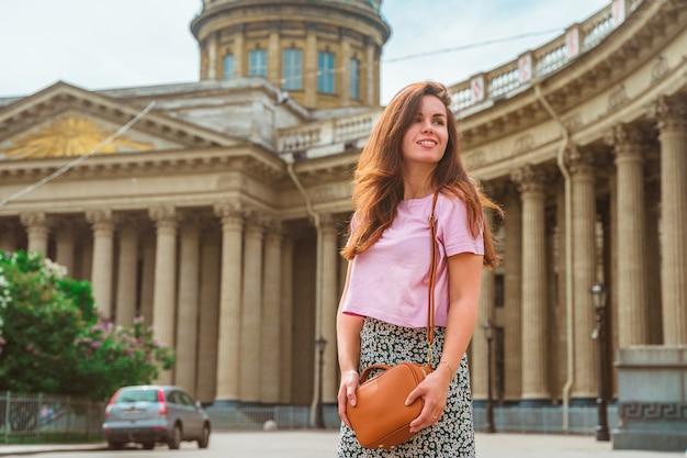 Красивая молодая женщина на набережной в центре санкт-петербурга