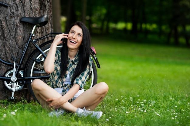 電話で美しい若い女性