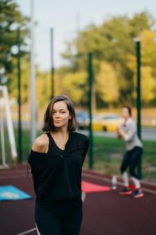 카메라를보고 놀이터에서 아름 다운 젊은 여자. 건강한 라이프 스타일 컨셉