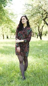 美しい若い女性の屋外。自然を楽しみます。春の公園で健康的な笑顔の女の子。晴れた日