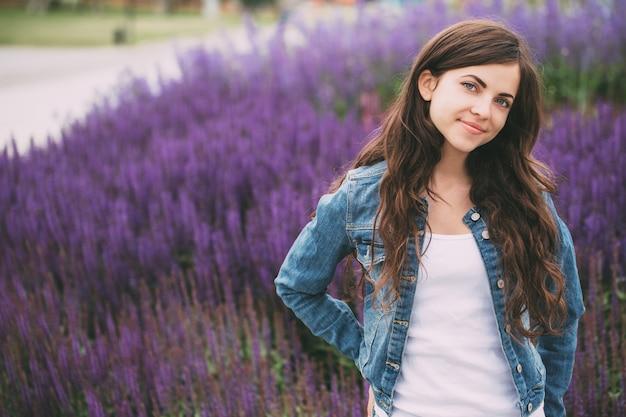 Портрет красивой молодой женщины открытый.