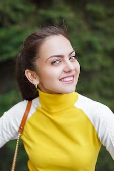 야외에서 아름 다운 젊은 여자. 자연을 만끽할. 푸른 잔디에서 건강 한 웃는 소녀.