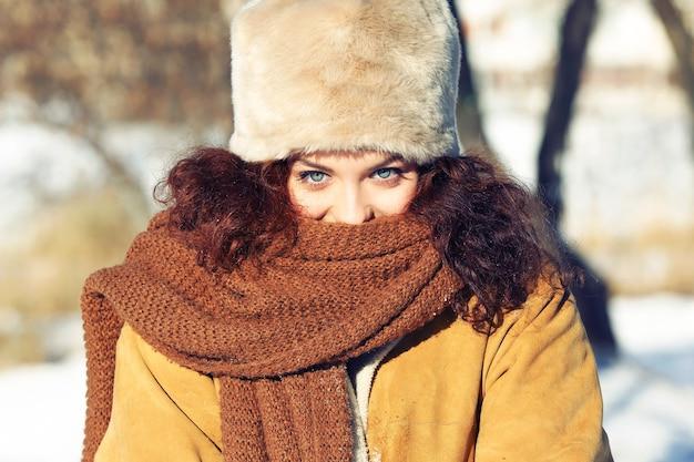겨울 날에 야외에서 아름 다운 젊은 여자