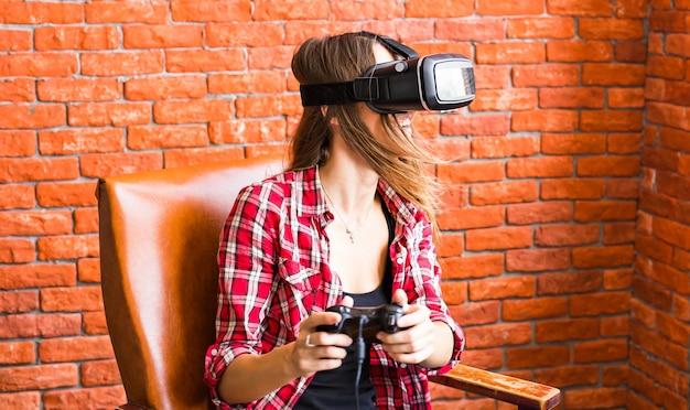 Красивая молодая женщина, играя в игры в очках виртуальной реальности.