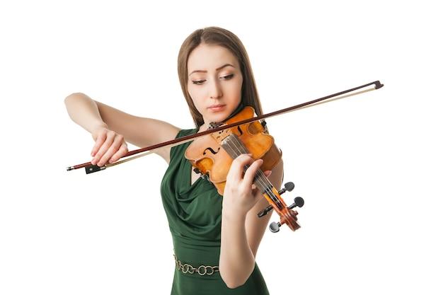 Красивая молодая женщина играет на скрипке на белом фоне