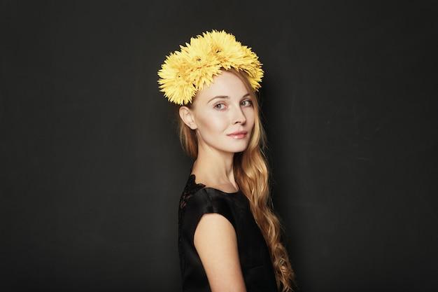 Красивый портрет молодой женщины на черном фоне