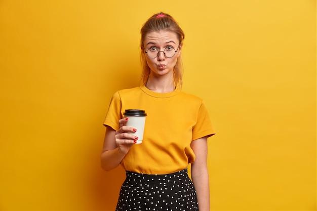 고립 된 안경을 쓰고 아름 다운 젊은 여자 초상화