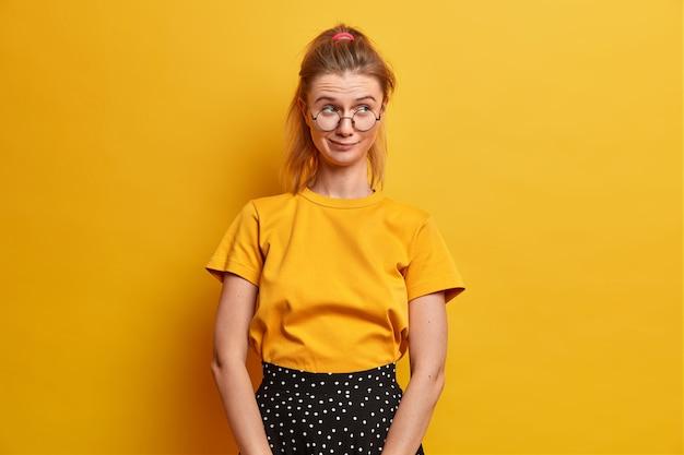 分離された眼鏡をかけている美しい若い女性の肖像画