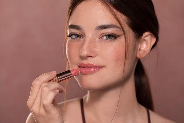 메이크업 제품과 함께 아름 다운 젊은 여자 초상화