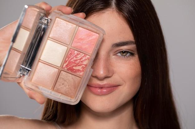 Bellissimo ritratto di giovane donna con un prodotto per il trucco