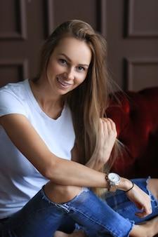 自宅でポーズをとる美しい若い女性