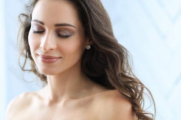 自宅でポーズをとる美しい若い女性 無料写真