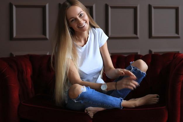 Bella giovane donna in posa a casa