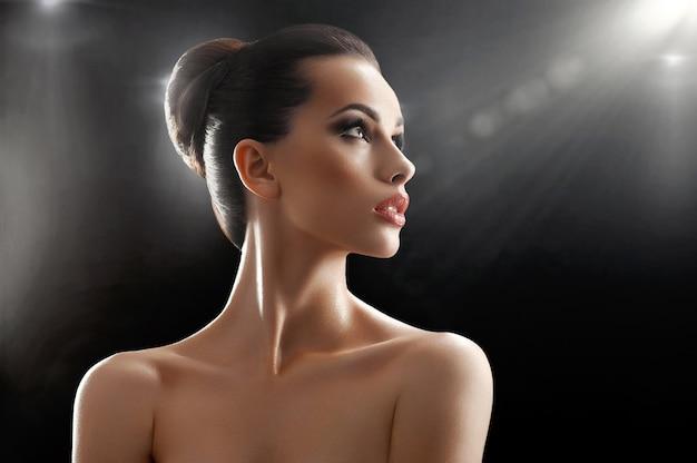 Красивая молодая женщина, ставит в студии