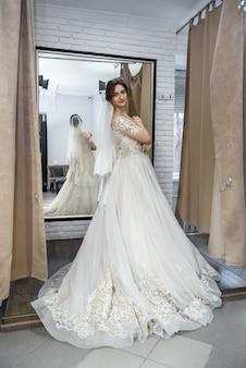 ウェディングドレスでポーズをとる美しい若い女性