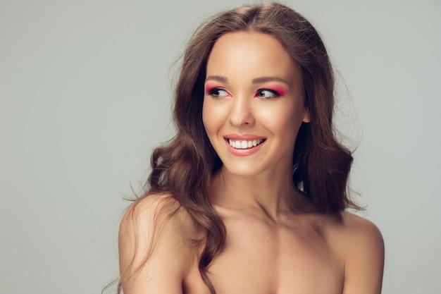Красивая молодая женщина позирует