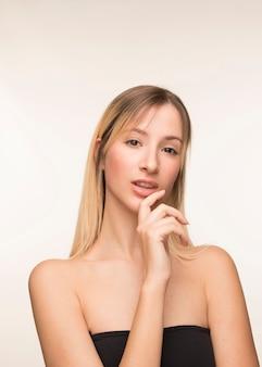 아름 다운 젊은 여자 포즈.
