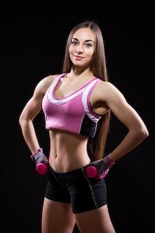 Bella giovane donna in guantoni da boxe rossi isolati su sfondo nero