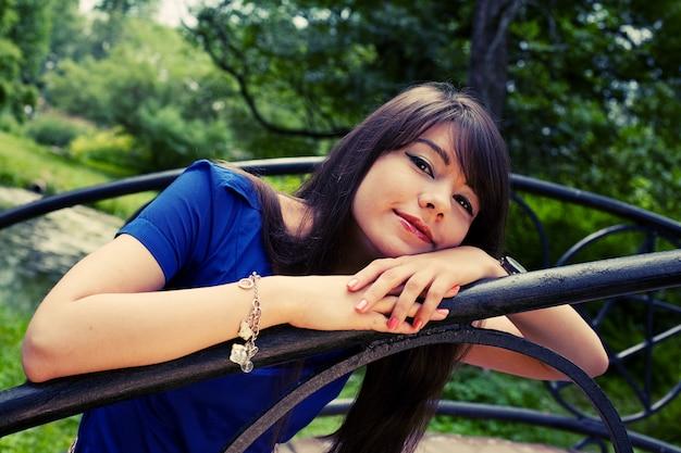 공원에서 편안한 아름 다운 젊은 여자