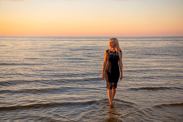日没でリラックスした美しい若い女性