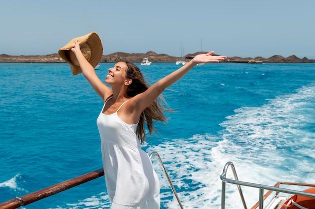 Красивая молодая женщина, расслабляющаяся в ее отпуске